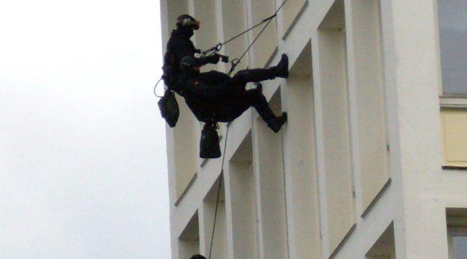 Unkontrollierbare Anziehungskraft –Institutionalisierte Kooperation von Polizei und Diensten