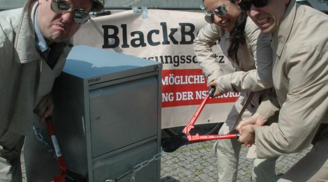 """Die Kampagne Blackbox Verfassungsschutz stellt am 30. Juni 2015 das """"fehlende Kapitel"""" des Verfassungsschutzberichts 2014 vor. Bild: Kappa-Foto"""