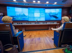 Die Verteidigungsministerinnen Italiens und Deutschlands im November 2015 beim Besuch von EUNAVFOR MED (Bild: EEAS).