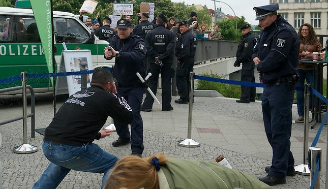 """""""Begrenztes Risiko""""?Polizeilicher Einsatz von Pfefferspray bei Fußballspielen"""